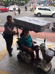 老婦電動車沒電卡路邊 熱心警推返所充電助返家