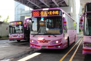 台北市仍有300輛公車定位設備使用2G訊號,導致公車動態系統頻失準,讓乘客無法掌握公車正確到班資訊。對此北市公共運輸處表示,將強力要求相關公車業者在6月底前完成更新,否則會祭出罰責。(圖/Wikipedia)