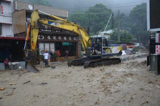 豪大雨侵襲南投地區。台21線玉山路受土石及水流沖刷影響,滾滾泥水夾帶石礫阻斷車輛通行大型機具進駐搶通。