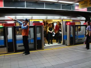 台北捷運月台門。(圖/Wikipedia)