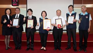 林宗新(右三)榮獲四項國際發明大獎,縣府表揚。(記者許素蘭/攝)