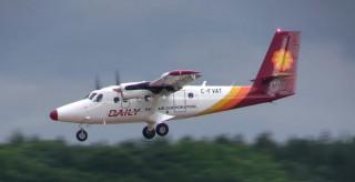 德安航空7日傳出1架編號B-55577 DHC-6-400型小飛機降落蘭嶼機場後,疑似出現機械異常,目前該架飛機正在蘭嶼機場停機坪檢修中,等檢修完畢後才會飛回台東。(圖/SKY CABIN Films YouTube,非當事飛機)