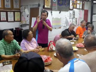 板橋建國里7日在里辦公處舉辦老人共餐,里長廖明勇表示,今年新北市政府推出新北動健康活動,在老人共餐前都會讓里內的長者動一動。(圖/記者黃竹佑攝)