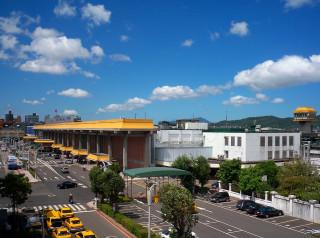 台北松山機場是否遷移至他處,亦或是併入桃園機場,一直是近年來台北市都市規劃常被討論的議題,尤其松山機場身兼國際、國內航線,與軍用機場等三種角色,更顯複雜。(圖/Wikipedia)