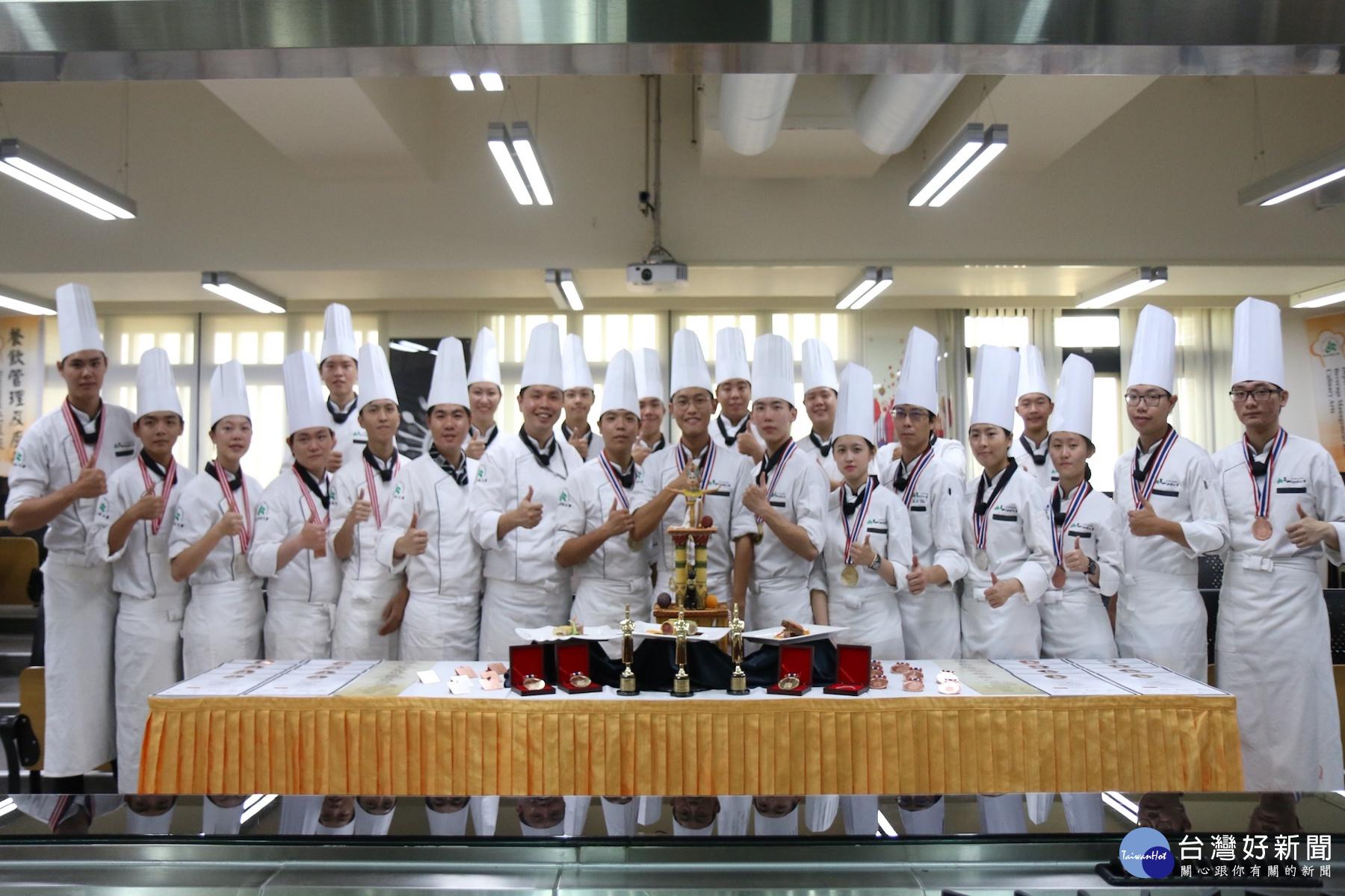 金厲害 崑山科大餐飲系泰國廚藝競賽奪7金2銀13銅