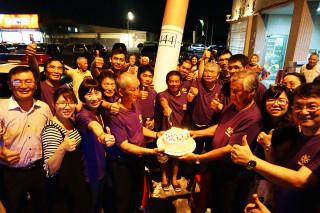 長庚醫院戒菸班成員慶祝戒菸成功獲得重生。(記者林辰芬拍攝)