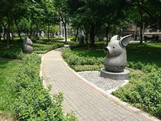 十二生肖石雕,成為繼永安3D彩繪公園後,另一個市民的熱門打卡點。(圖/記者黃村杉攝)