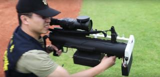 台北市警局自行採購「無人機攔截槍」,藉由發射電子干擾訊號的方式,讓不明無人機迫降,或驅離遙控無人機返回原起飛點,以追緝任何意圖破壞比賽的可疑人士。(圖/台北市警局)