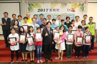 臺南市長賴清德和獲頒總統教育獎的15名學生。(圖/台南市政府提供)