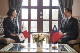 總統蔡英文去年出訪友邦巴拿馬,與瓦雷拉總統於巴國總統辦公室會晤,針對衛生醫療、偏鄉教育及犯罪防制等議題廣泛交換意見。