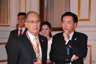 外交部長李大維(前左)、總統府秘書長吳釗燮(前右)(圖/僑務委員會提供)