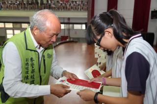 六輕副總陳文仰親自發放獎助學金與獎狀勉勵受獎學子。(記者林辰芬拍攝)