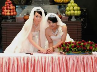 行政院14日舉行「同性婚姻法制研議專案小組第二次會議」,會中決定不論男性或女性同志,訂婚年齡最低為17歲,結婚年齡最低則是18歲,並且6親等內的同志將不能結婚。(圖/Wikipedia)