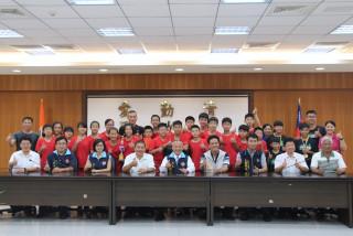 縣長表揚全國排球賽冠亞軍及競技疊杯競賽獲獎學生及教練。(記者許素蘭/攝)