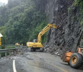 仁愛鄉仍有道路中斷在搶通中。(仁愛分局提供)