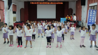 中興新村幼童向警察伯伯致敬賀節。