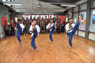 合唱團以激昂的歌「武」演出,搭配歌聲節奏,4名團員大打跆拳道,隨節奏展現力與美。