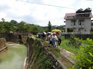 圖說:行走在魚池鄉澀水社區的鄉間步道,體驗紅茶產區風情。(記者賴淑禎攝)