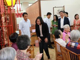 總統蔡英文16日前往板橋頤安公共托老中心參訪,關心失智長輩在中心生活情形。(圖/記者黃村杉攝)