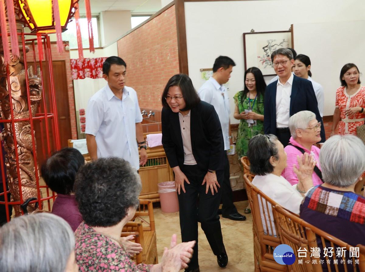 蔡英文參訪板橋頤安托老中心 關心失智長輩生活