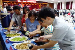 慈濟志工烹煮蔬食饗宴,感謝波麗士長年為治安辛苦付出。(圖/慈濟提供)