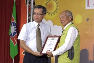 六輕副總陳文仰代表台塑接受雲林救國團頒發感謝狀。(記者劉以宣翻攝)