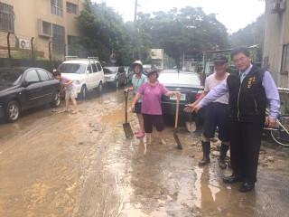 市長邱建富視察龍山里八卦山邊坡豪雨造成土石滑落的情況