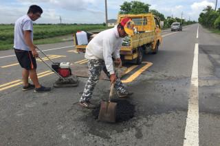 佳里區公所外包商施工人員今早完成道路填補作業。(圖/記者黃芳祿攝)