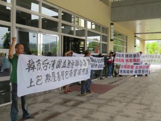 數十名下游包商持布條到縣議會陳情。(記者許素蘭/攝)