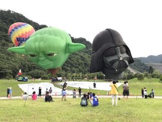 星際大戰主角人物「尤達大師」、「黑武士」空中合體,吸引民眾爭相搶拍。