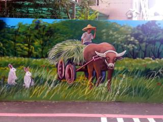 板橋區文德里里長賴錦賜為了讓里內牆壁看起來不這麼單調,特別在里內漢生西路上的牆面打造彩繪藝術。(圖/記者黃竹佑攝)