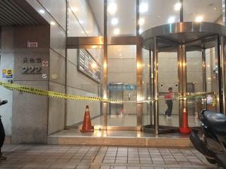 發生重大槍擊命案的中壢區元化路222號「國際財星大樓」,警方拉起封鎖線。