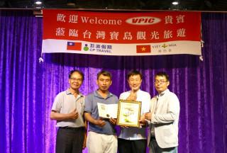 越南台商投資大廠「勝邦金屬有限公司」總經理吳明穎(左2)帶領300名越南籍員工遊南投,致贈越南國繡予地方主管觀光官員。