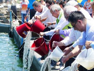 六輕副總陳文仰率領大家放流57.315萬尾5公分以上高價值魚苗。(記者林辰芬拍攝)