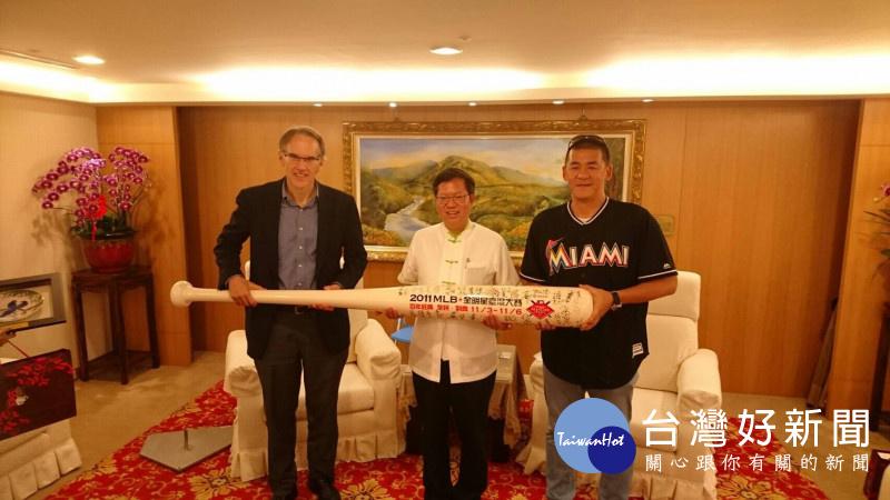 Jim Small(左)代表MLB贈超級球棒予鄭文燦市長(中),與寶悍運動平台張運智總經理(右)合影。