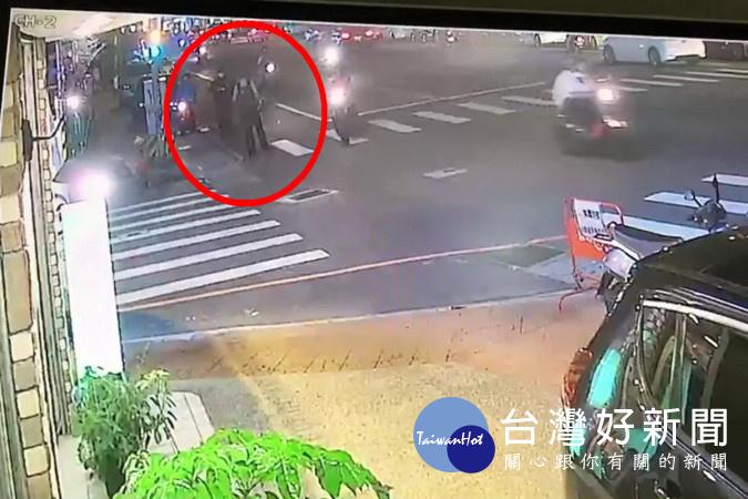 警員白泓翔發現可疑進行攔查與張嫌對峙(紅圈範圍內)遭張嫌持槍瞄準險些受害。