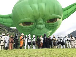 21位來自國內外的星戰迷上演Cosplay秀,讓現場民眾為之瘋狂爭相拍照留影。
