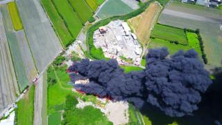 芳苑鄉資源回收廠傳火警 現場烈焰沖天竄起一條巨大「黑龍」