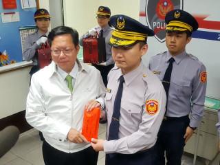 桃園市長鄭文燦頒發破案獎金20萬元,由中派出所所長黃一航代表接受。