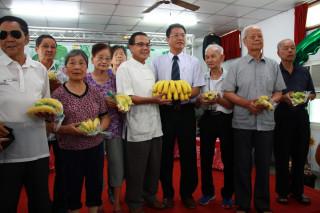 農糧署主秘翁震炘代表贈送香蕉予南投仁愛之家長輩享用。(記者扶小萍攝)