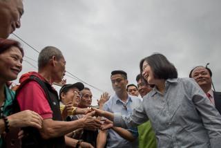 台灣民意基金會26日公布最新民調,有53%的民眾不滿意蔡政府對台灣與巴拿馬斷交的處置方式,更僅有33.1%受訪者贊同蔡英文領導國家的方式,支持率持續下滑中。(圖/總統府Flickr)
