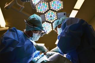 衛生福利部規劃修正「手術同意書及麻醉同意書格式」,預計最快8月公告上路,其中明確加入「同性伴侶簽署」、註明醫師專科,是此次手術同意書修改的重點。(圖/Pixabay)