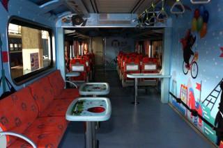 台鐵27日發表首輛PP自強號改造的親子車廂,並將從7月30日~至10月29日止,試辦逢周日附掛在特定車次,讓父母帶著幼童同享鐵道樂。(圖/台鐵運務處)