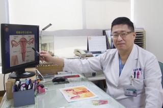 圖說:林敬旺醫師建議婦女朋友定期做骨盆腔檢查或陰道超音波檢查。(記者許素蘭/攝)