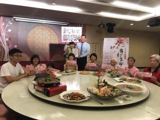 海上鮮宴會館邀請院民家屬享用美食。(記者許素蘭/攝)