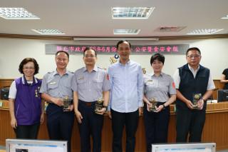 市長朱立倫頒獎表揚婦幼隊、瑞芳分局、新莊分局、少年警察隊等4個單位。(圖/記者黃村杉攝)