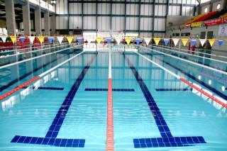 南投縣立三和游泳池有標準水道。(記者扶小萍資料照)