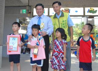 邱市長頒發小朋友校外比賽獲優勝的獎品