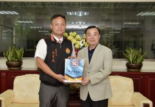 邱議長頒贈議會會旗給梁育誠理事長。