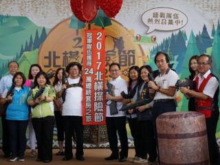 桃園市長鄭文燦在記者會中與來賓共同啟動「2017北橫探險節」。